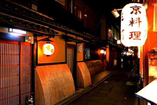 政財界の重鎮が来店!高い接客スキルが求められる京都の高級クラブで働く